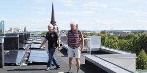 Från taket på Vargens Vret syns nästan hela stan, men inga hustak med solceller på.