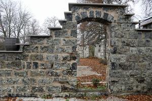 Resterna av den gamla herrgården finns kvar på ägorna.