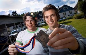 Magnus Pääjärvi och Anton Lander visar upp medaljen som de fått efter att ha varit med och vunnit guld med U18-landslaget år 2007.