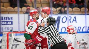 Moras Brant Harris tuppfäktas med Timrås Sebastian Kaijser. Matchen vann Mora till slut med 3–1.