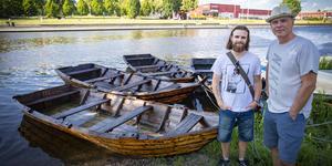 Jim Bergqvist, från Medeltidsföreningen, och Ulf Johansson har samarbetat för att få ihop årets medeltidsrodd som samlat 22 lag. I vattnet ligger de renoverade ekorna som används i tävlingarna. Foto: Lennye Osbeck