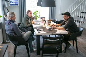 På söndagen pratade Woddy Wennstig  igenom det han utsattes för med döttrarna Camilla Wennstig till vänster och Emelie Wennstig.