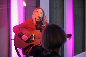 Amanda Örtenhag underhöll publiken innan kvällens spelning.