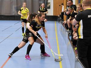 Jane Sahlström, med nummer 15, gjorde tre av målen i första playoff-mötet som Klockarberget vann med 5–2.