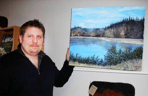 Naturmotiv från Jämtland dominerar i Stefan Karlssons måleri. Nu stälelr han ut på turistbyrån i Bräcke.Foto: Anita Näsberg