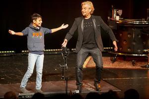 Alex är med på noterna när och Joe Labero showar på scenen.