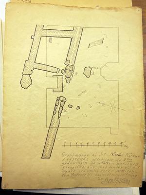 Den första upptäckten av Nicolaikyrkan gjordes vid mindre grävningar redan 1916 och 1918 i kvarteret Livia, som ägdes av VLT. Den här ritningen av kyrkans grundmurar är signerad av museiintendenten Sven T. Kjellberg 1918. Bildkälla: Västmanlands läns museum