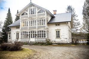 Det vita huset på Strånäset ligger cirka femtio kilometer fågelvägen, öster om Östersund, knappt en mil öster om Stugun, vid Gesundens västra ände i Ragunda kommun.