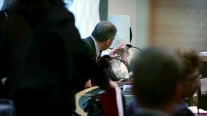 En bild från rättegången som utspelade sig sommaren 2010. Änkans syster, som dömdes för medhjälp, döljer sitt ansikte för kameran.