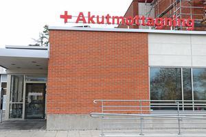 Vallöften om att behålla Lindesbergs lasarett som ett akutsjukhus ekar tomma ett år efter valet.