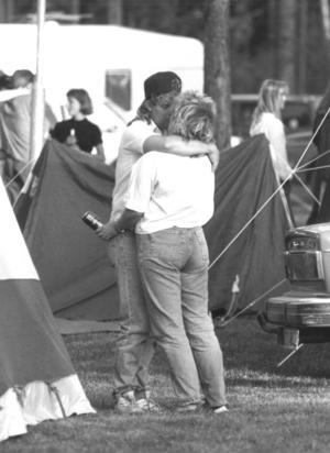 Fröjdholmen i Oviken har alltid varit en tacksam pricktavla för Amors pilar. Här under midsommarfirandet 1992. Foto: Olle Sporrong.