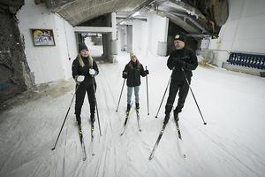 Familjen Öberg från Gävle är tillbaka även denna sommar för att åka skidor. Förra året provade de på den klassiska stilen i år och provade de på skate för omväxling skull Från vänster Maja, Elsa och pappa Stefan Öberg