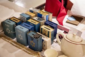 Insamlingsbössor till Israel som fanns i judiska hem efter andra världskriget. Foto: Christine Olsson.