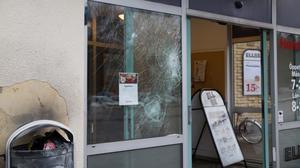 I mellandagarna krossades rutor till butikslokalerna i Brunnsängs centrum.