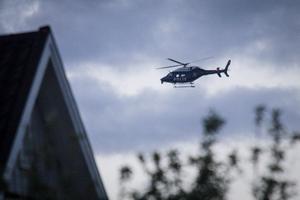 Sökandet pågick även från luften. En polishelikopter skymtades öster om Hudiksvall sent på måndagskvällen.