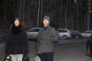 Parkeringsplatsen vid Segersängs station brukar bli full redan före klockan 8 på vardagsmorgnarna. Det berättar Lena och Simon Riddertorp och flera andra pendelparkerare som NP träffade vid stationen.