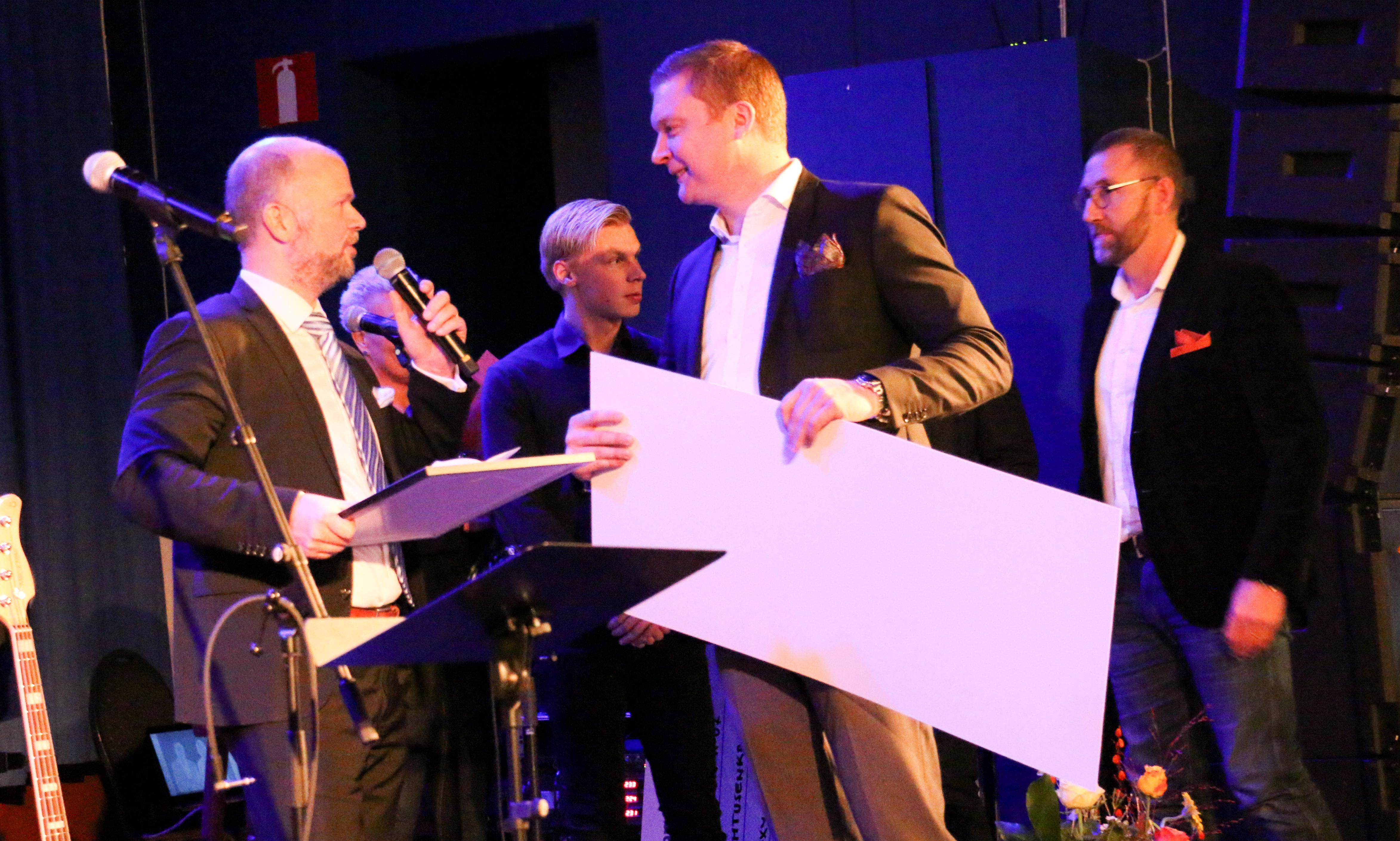 Michael Johnsson från Handelsbanken fick dela ut pris till AA-Återvinning som en av årets bubblande Kumlaföretag.