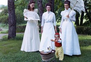 Tre Kustadamer i Anna Westerdahls klänningar, Christian Rinman i morfar Thures kostym.