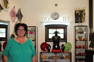 Marie Berndtsson har gjort om ett gammalt stall till ateljé. Här anordnar hon kurser och experimenterar fram sin konst.