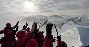 Klättrare ger signal för början av projektet förra året, på Jungfraujoch, i Schweiz.