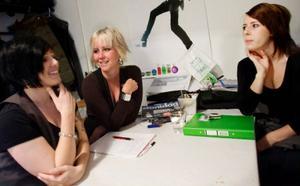 Frisörslärlingarna Nina Dalgren, Lina Wold och Caroline Svensson planerar inför kvällens hår- och modegala på Gamla teatern.