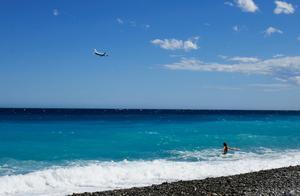 Foto: TT   En badande på stranden i Nice på den franska rivieran.