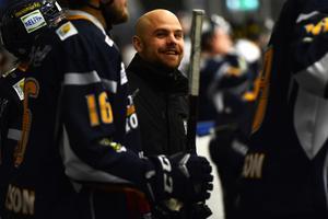 Borlängetränaren Dennis Hall kostade på sig ett leende i onsdagens premiärseger mot Östersund.