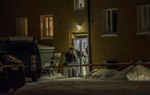 Polisens tekniker började sitt arbete på den aktuella adressen i Norberg under söndagskvällen.Bild: Niklas Hagman