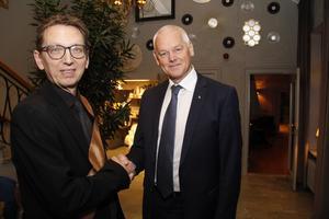 Mikael Metzmaa utgjorde välkomstkommitté. Här hälsar han René Nispeling välkommen.