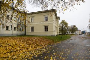 Stationshuset finns fortfarande kvar, men järnvägen har flyttats två gånger genom Söderhamn sedan huset byggdes.