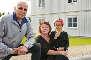 Lars-Erik och Ingalill Svedberg med barnbarnet Jahmelia berättar att de har bott i huset i Viksjöfors i 46 år. Men nu satsar de på att få ett bekvämare pensionärsliv i sin nya lägenhet.