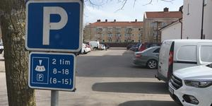 Hur ska två timmar räcka för ett besök i Köpings centrum, vill insändaren veta.