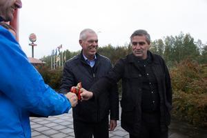 Kommunaldirektör Anders Friberg och kommunstyrelsens ordförande Lars Isacsson (S) tog tacksam emot dalahästen.