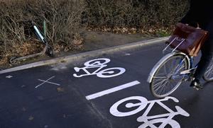 Det finns bra och många cykelbanor i stan, håll er till dom, skriver Pensionär.