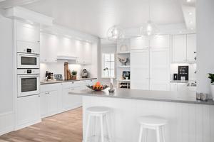 Lantkök med stora, öppna ytor och bardisk.
