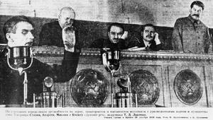 Trofim Lysenko håller tal i Kreml 1935 till Josef Stalins belåtenhet. Foto: Okänd