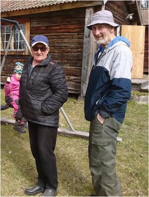 Raymund Wiklund och Torsten Johansson hjälper till med snickerier och har bland annat färdigställt de fina utemöblerna. Fotograf: Charlotta Berglo Carlsson