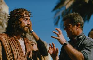 "Jim Caviezel som Jesus blir instruerad av Mel Gibson under inspelningen av ""The Passion of the Christ"". Foto: TT/AP"