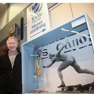 Hasse Börjes med sin inramade medalj från OS i Sapporo 1972. Bilden är tagen år 2006.