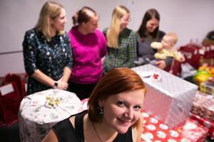 """Under de fem åren  har Sabine haft god hjälp av andra att ge ekonomiskt utsatta familjer möjligheten att fira en anständig jul. """"Julen handlar så klart mycket mer än om paket. Men vi vill ge familjerna bra förutsättningar för en god jul"""", säger Sabine."""