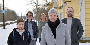 Emil Malm, Jesper Löfgren, Patricia Molenkamp, Alexander Giers och Stefan Sundell sköter en e-handelsplattform från det gamla stationshuset i Djurås.