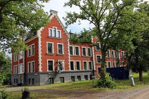 Enligt mäklaren har de nuvarande ägarna i viss mån renoverat Gärdshyttan vilket behövdes efter att det varit  flyktingförläggning sedan 2011.