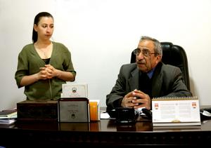 Lama Alshehaby tolkar när borgmästaren i Battir tar emot den svenska skrivargruppen.