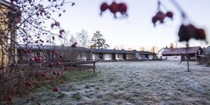Radhuset med tolv hyreslägenheter är till salu i Holmsveden.