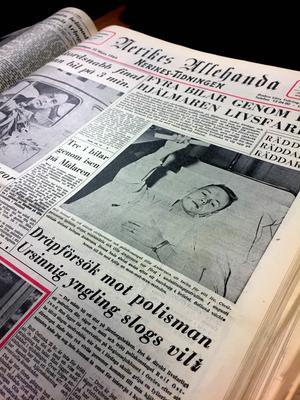Under bilden på NA:s front den 24 mars 1964 står följande: