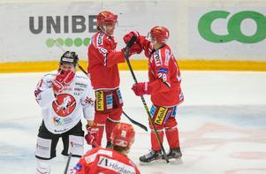 Tom Hedberg och Linus Pettersson firar tillsammans efter den förstnämndes 2–0-mål i första perioden.