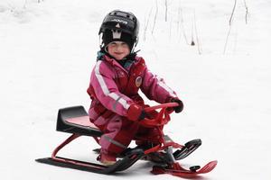 Snön har börjat smälta undan men Alma Abelsson kunde köra snowracer i backen.