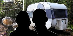 Polisen påträffade kvinnan och mannen på en skogsväg, med två husvagnar fulla med hundar.