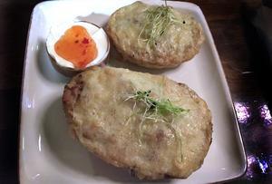 Fyllda potatisskal med ost och bacon. Är du inte jättehungrig räcker den här förrätten gott och väl som måltid.