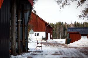 På en stor rödmålad gård söder om Avesta bor Sören och Britt-Mari Rabb.